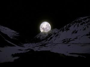 Gran luna tras las montañas