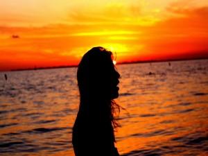 Silueta de una mujer junto al mar