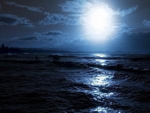 Luna iluminando el mar