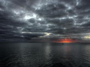 Cielo nuboso sobre el océano