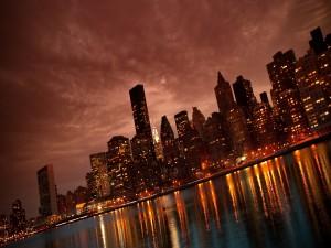 Luces de Nueva York reflejadas en el agua