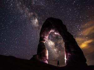 Contemplando la Vía Láctea bajo un arco de roca