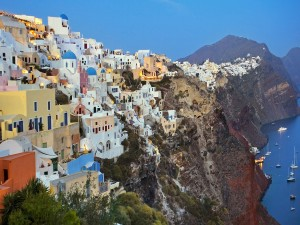 Casas sobre un acantilado (Isla de Santorini, Grecia)