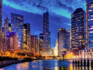 Rascacielos junto a un río