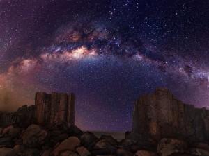 Hermosa Vía Láctea sobre las rocas