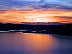 Cielo al amanecer sobre un lago