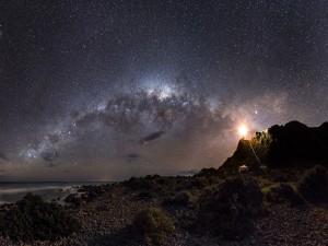 Vía Láctea sobre un faro