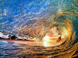 Sol iluminando la ola