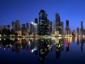 Rascacielos reflejados en el agua