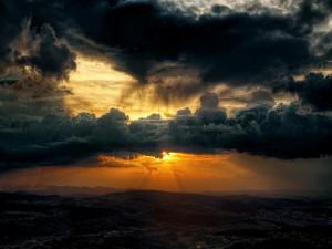 El sol bajo las nubes