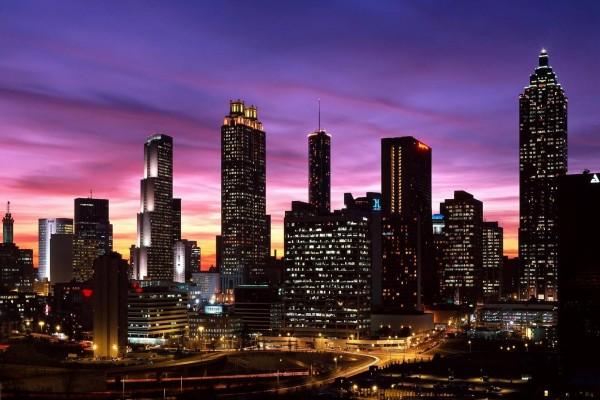 Rascacielos iluminados al amanecer