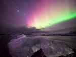 Aurora boreal sobre un paraje helado
