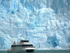 Embarcación contemplando el glaciar Spegazzini (Patagonia argentina)