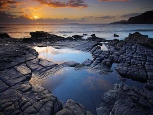 Posos de agua en las rocas de la costa