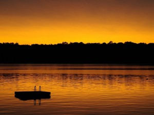 Cielo dorado reflejado en el lago