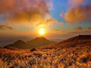 Maravilloso amanecer sobre las montañas