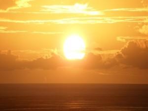 Sol brillando sobre el océano
