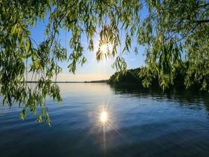 El sol reflejado en el lago