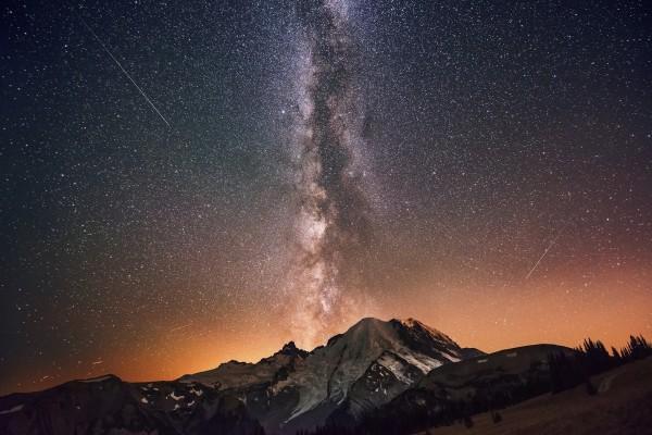 Vista de la Vía Láctea sobre unas montañas