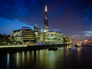 Edificios iluminados junto a un río