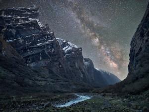 La Vía Láctea sobre un río y montañas