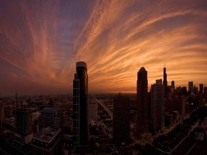 Bonito cielo nuboso sobre la ciudad