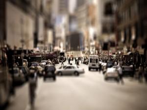Coches y gente en una calle