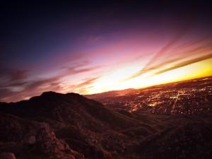 Contemplando el amanecer sobre una ciudad