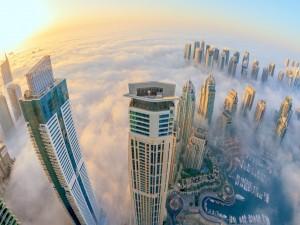 Nubes bajo los rascacielos de una ciudad