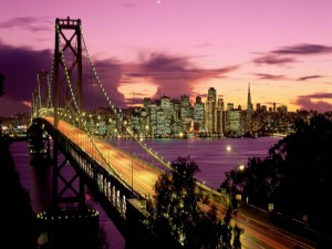 Luces en el puente de una gran ciudad