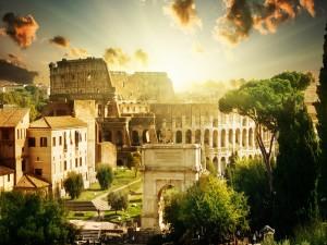 Sol brillando sobre el Coliseo de Roma