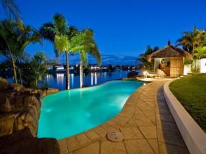 Palmeras junto a una piscina iluminada