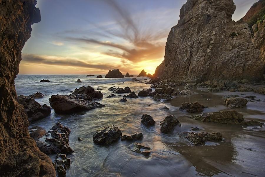 Amanecer tras las rocas marinas
