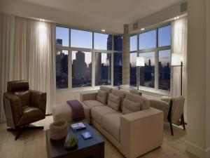 Moderna sala de estar con vistas a la ciudad