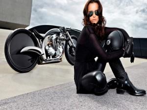 Mujer morena junto a una moto