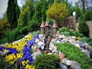 Castillo de piedra en el jardín
