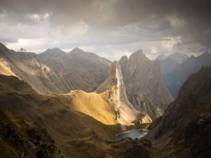 Lago entre picos montañosos