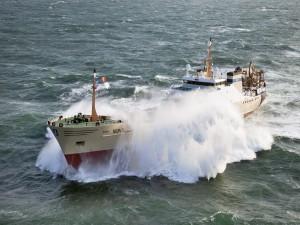 Gran ola sobre el barco