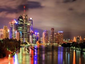Las luces de los edificios reflejadas en el agua