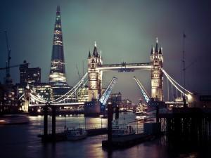 Puente de la Torre iluminado (Londres)
