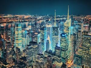 Ciudad completamente iluminada en la noche