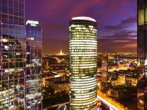 Edificio de oficinas iluminado en la ciudad