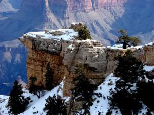 Nieve sobre las rocas