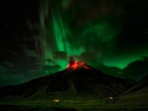 Aurora boreal sobre un volcán en erupción