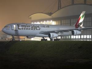 Avión de Emirates junto al hangar