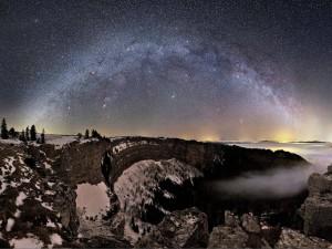 Contemplando la Vía Láctea desde un paraje nevado