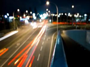 Coches circulando por una carretera