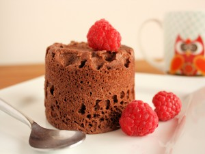 Mug cake servido con frambuesas