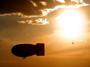 Globo y zeppelin en el cielo