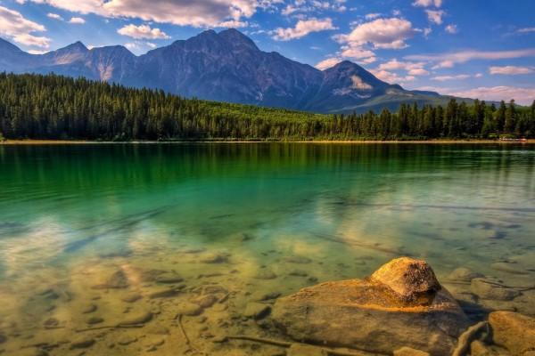 Un lago junto a las montañas